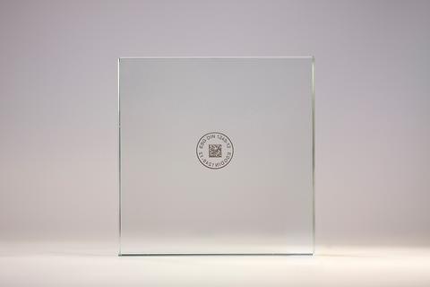 Mit einer eindeutigen und maschinell lesbaren Markierung ist eine Scheibe über den gesamten Fertigungsprozess identifizierbar. Der Aufdruck erfolgt glasschonend. Die Oberfläche bleibt unbeschädigt.