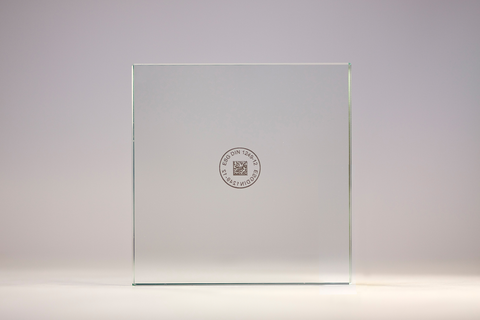 A unique, machine-readable marking allows the glass pane to be identified at any point throughout the production process. The marking is printed using a non-destructive process. The surface remains undamaged.